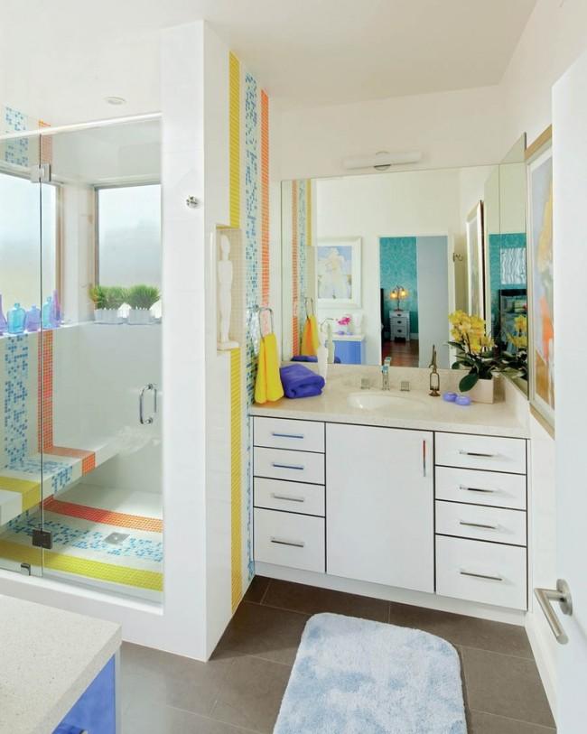 Salle de douche avec porte vitrée