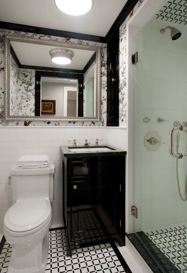 Un grand miroir dans un cadre fin décorera une salle de bain classique avec douche