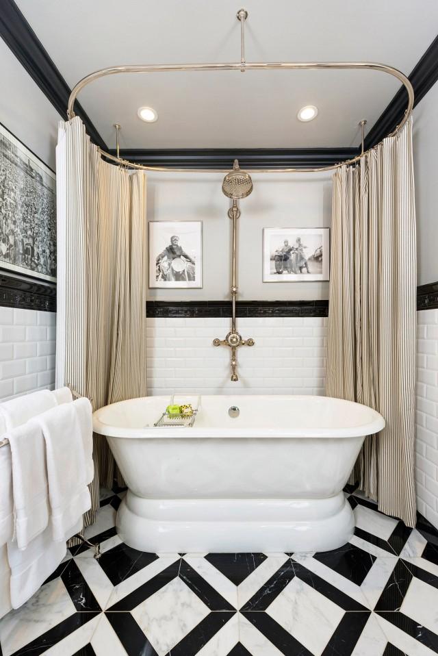 Carrelage noir et blanc au sol dans une petite salle de bain décorée dans un style art déco