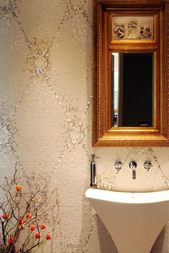 Un motif vertical ou allongé sur le mur et une petite mosaïque aideront à rehausser visuellement le plafond.