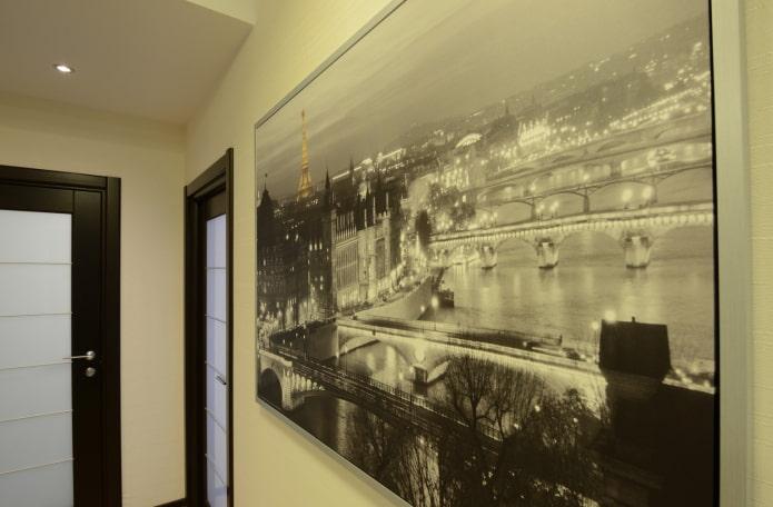 une photo de la ville dans le couloir