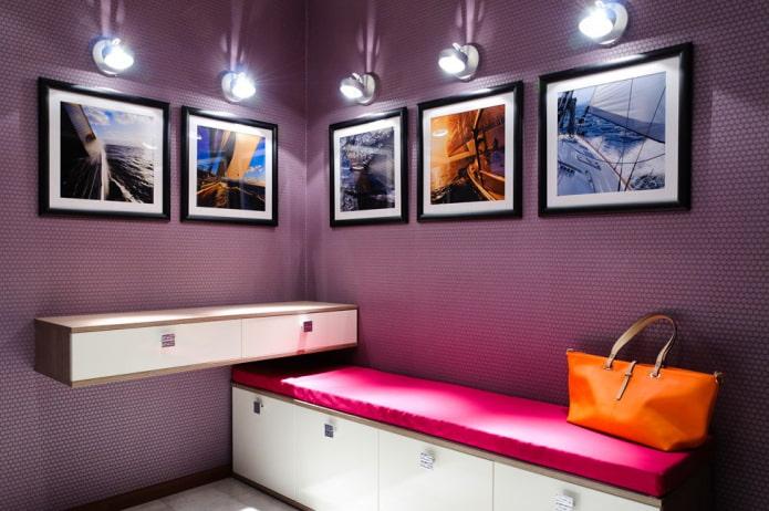 peintures avec appareils électroménagers à l'intérieur du couloir