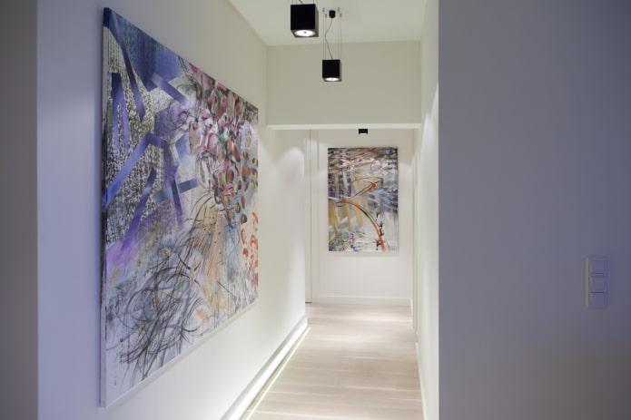 peintures abstraites à l'intérieur du couloir