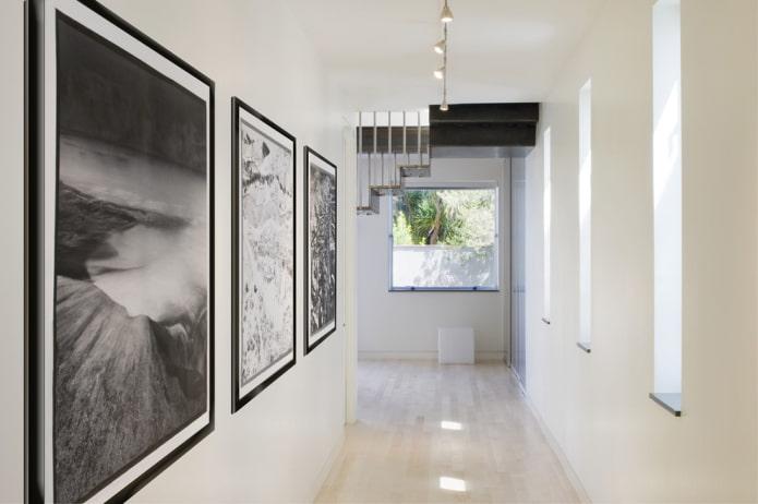 peintures en noir et blanc à l'intérieur du couloir