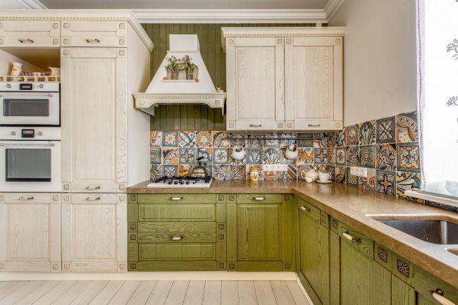 Façades olive clair en tandem avec façades ivoire - une solution pour une cuisine vraiment élégante
