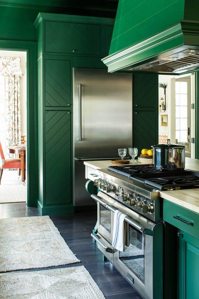 Les éléments chromés compléteront parfaitement la teinte émeraude principale de la cuisine
