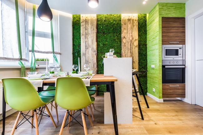 La salle à manger est décorée dans le même thème et palette avec l'intérieur de toute la pièce