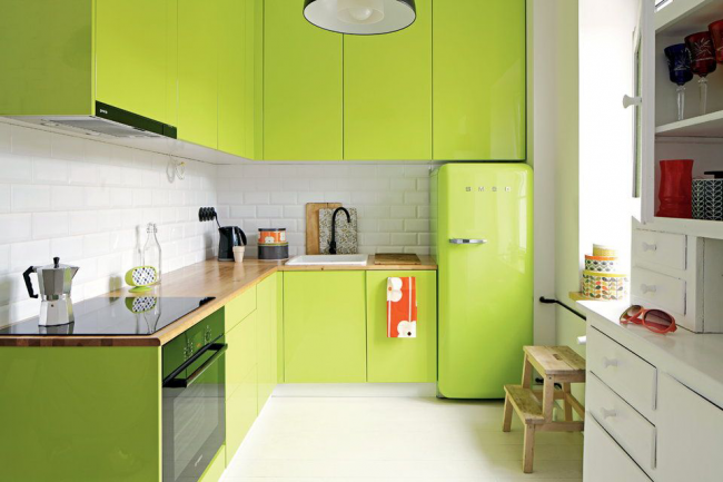 Selon l'environnement, le vert, comme toute autre couleur, peut avoir un aspect différent et également avoir des nuances différentes.  Si vous changez l'éclairage froid en chaud, alors l'ombre