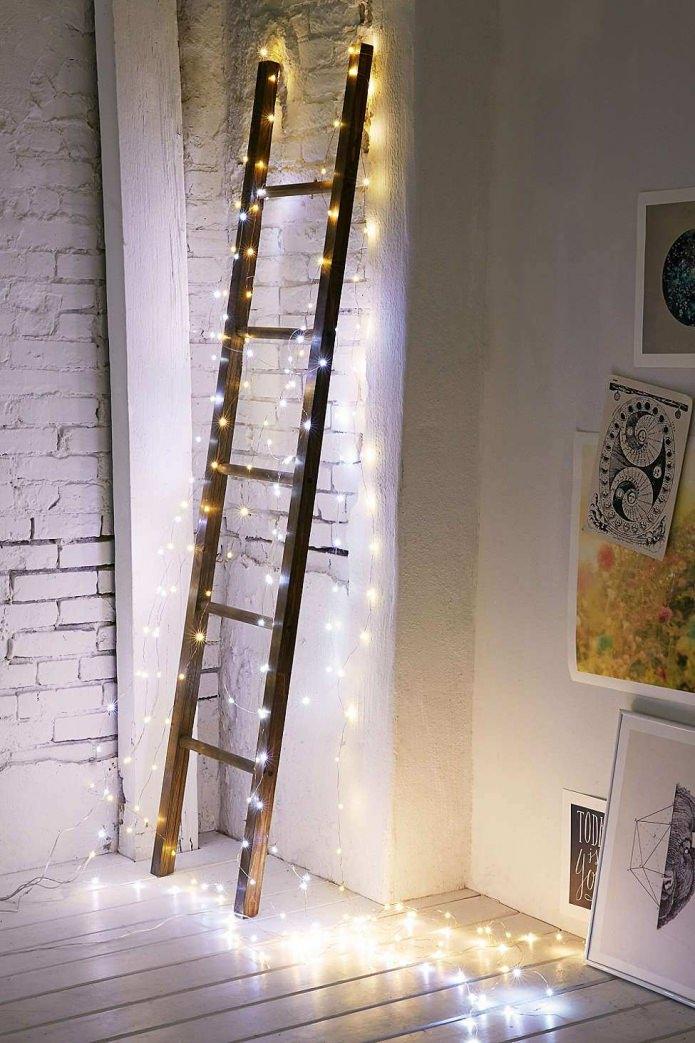 Décorer des escaliers avec une guirlande