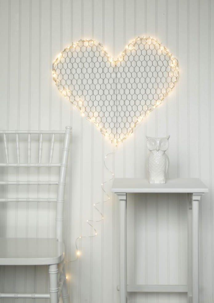 dessin sur le mur en forme de coeur avec une guirlande