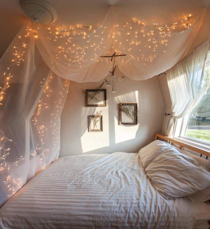 tissu translucide avec une guirlande : rideau de lit