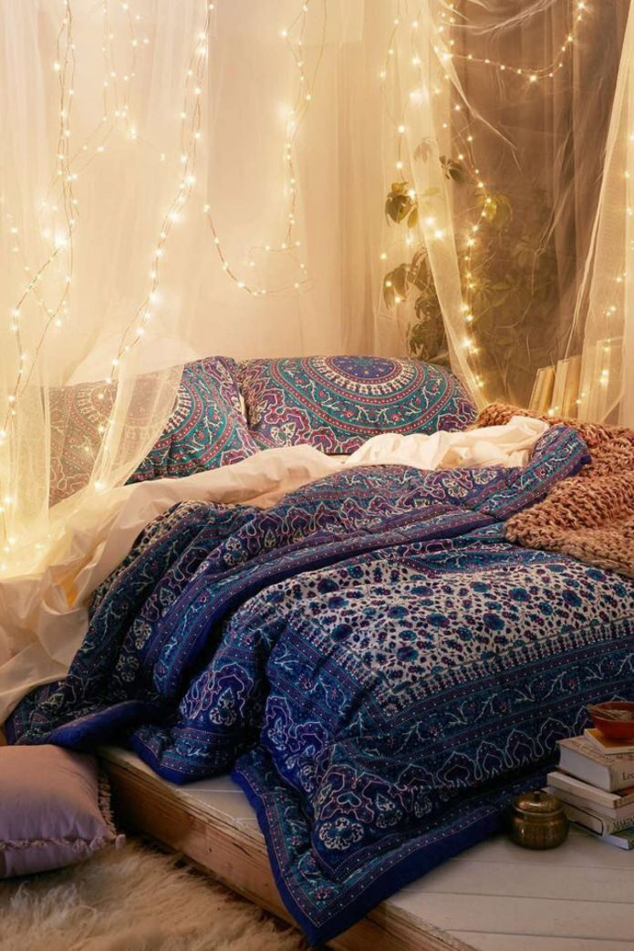 tissu translucide avec une guirlande en tête de lit
