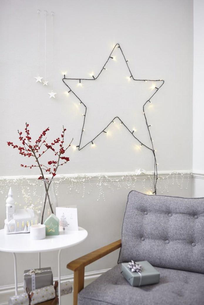 dessin sur le mur en forme d'étoile à l'aide d'une guirlande