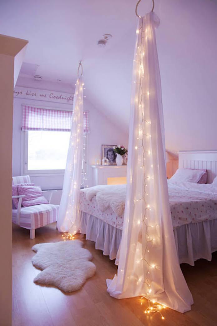 tissu translucide avec guirlande près du lit