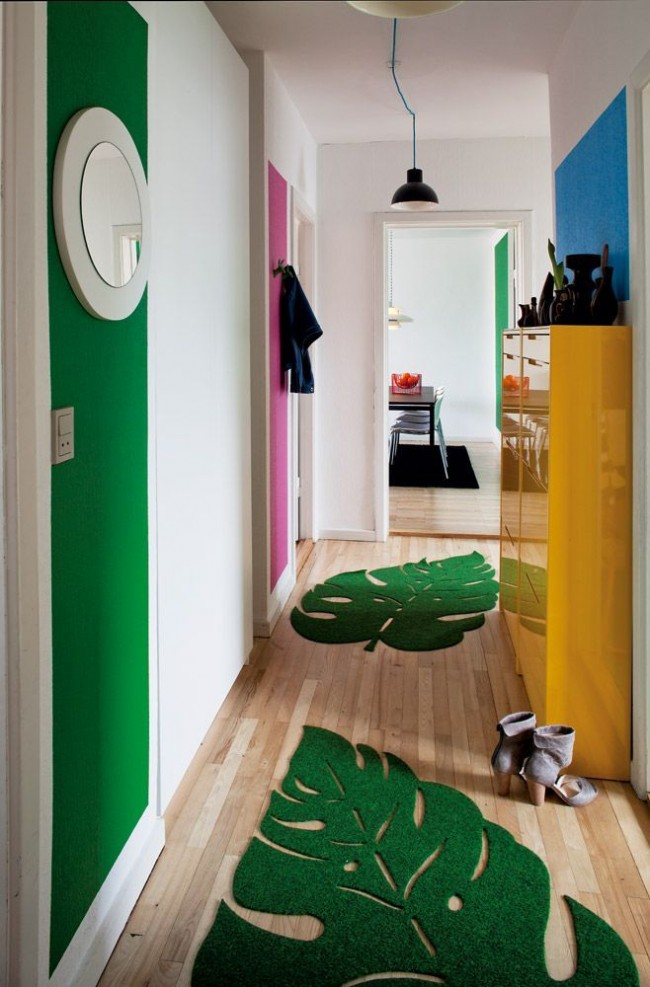 Les tapis verts créent un superbe tandem avec une rayure sur le mur