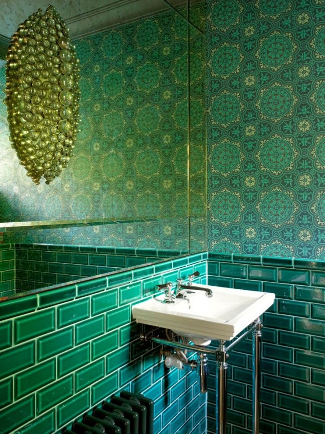 Une lampe inhabituelle dans une salle de bain verte ressemble à un bijou précieux