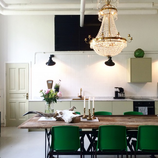 Meubles verts dans une cuisine blanche - sophistiqué et sophistiqué