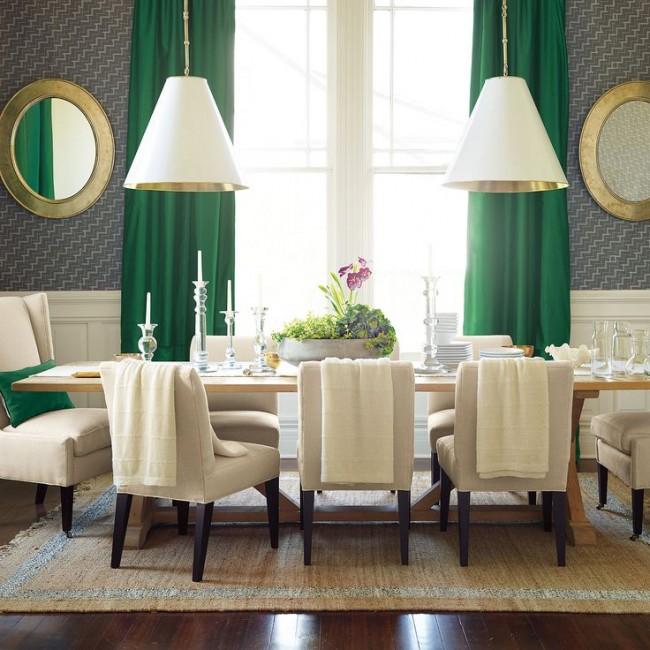 Les rideaux et oreillers vert vif s'intègrent parfaitement dans un design discret