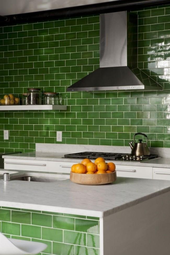 Le vert sale est parfait pour la conception de la cuisine.  Une telle couleur inhabituelle dans la cuisine vous rappellera des herbes fraîches et des légumes juteux.