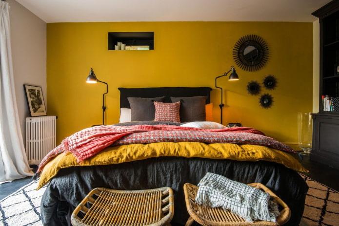 mur de moutarde derrière le lit