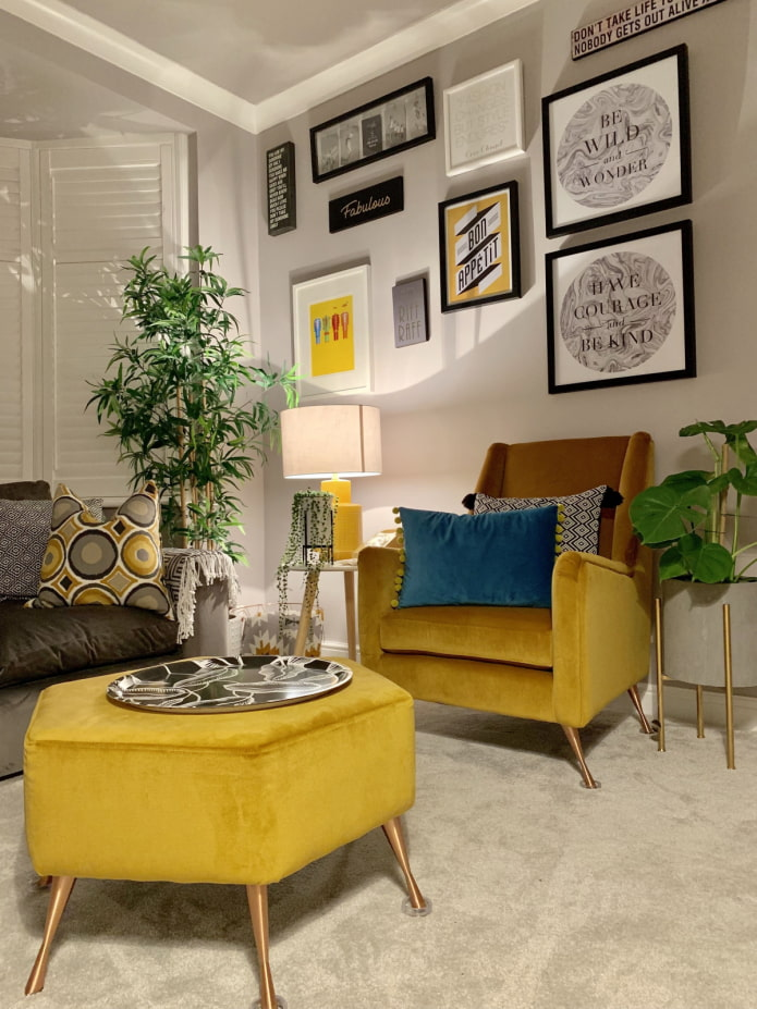 fauteuil lumineux avec pouf dans le salon