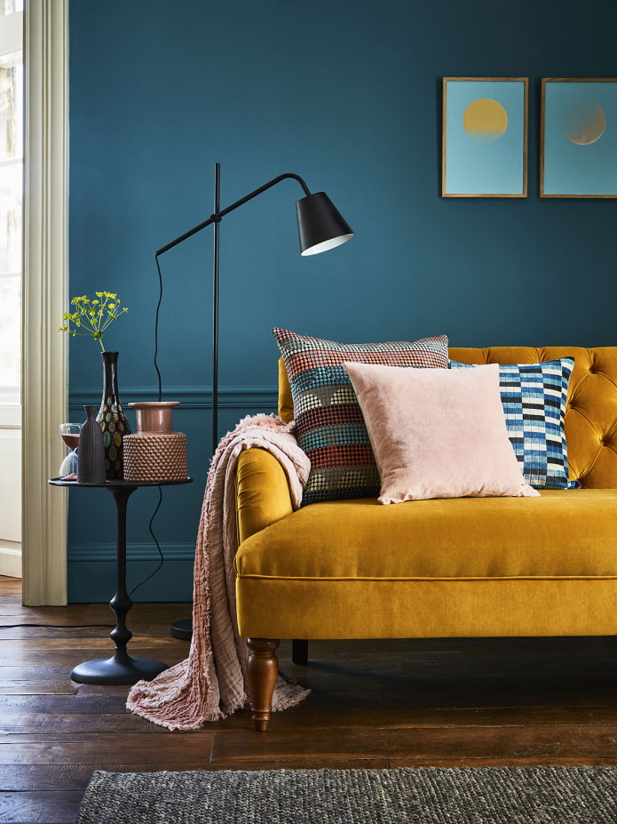 canapé moutarde dans le salon