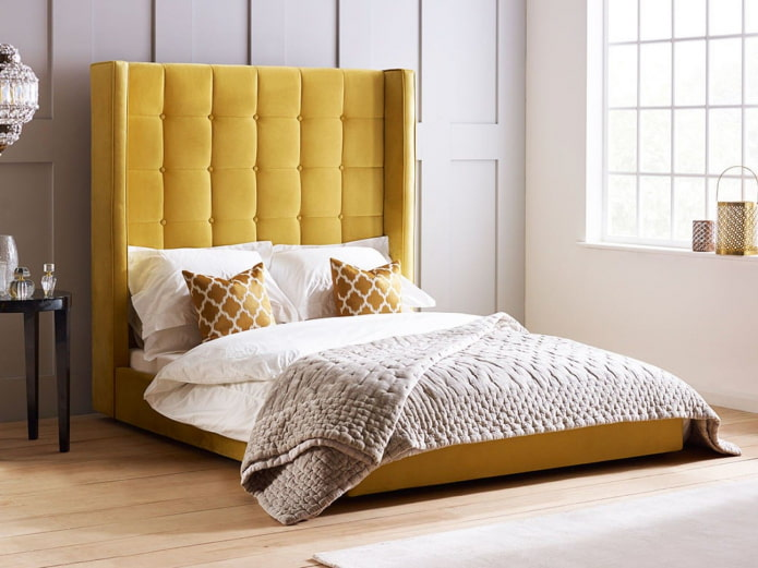 lit avec une tête de lit haute