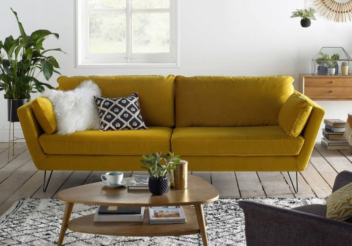 canapé jaune dans un salon lumineux