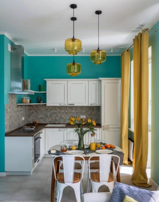 rideaux jaunes dans la cuisine