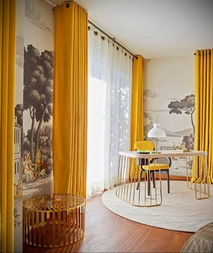 rideaux jaunes dans la pépinière