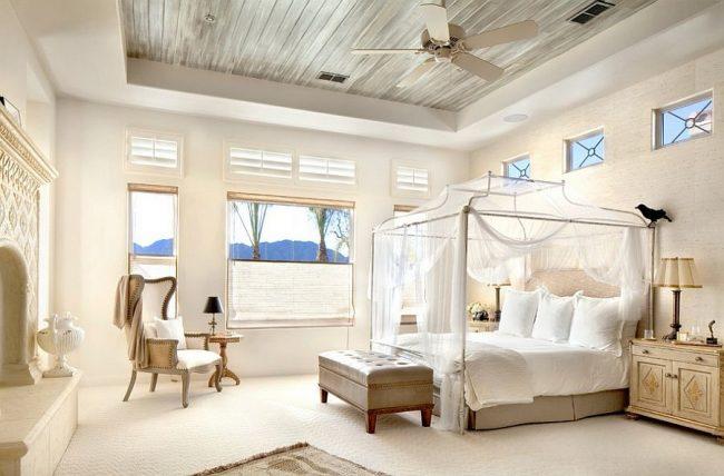 Chambre lumineuse et lit à baldaquin