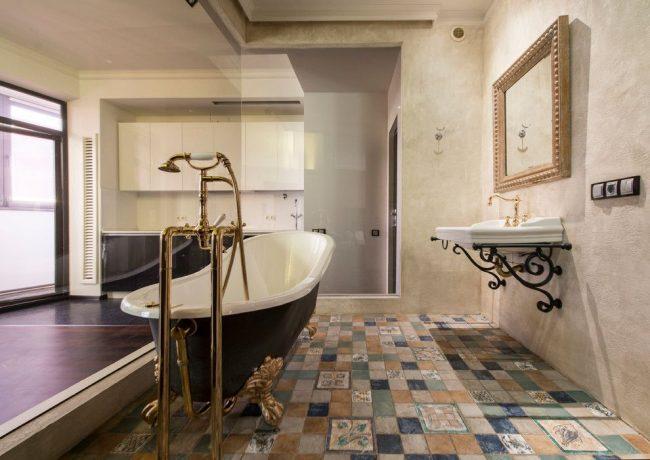 Salle de bain spacieuse avec des éléments de style italien