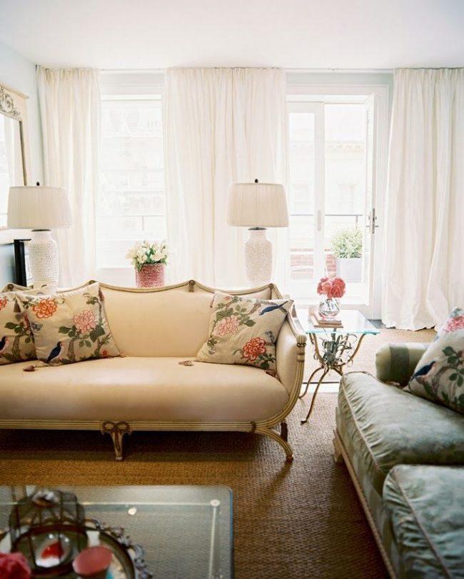 Le design et les couleurs des meubles du salon correspondent au style italien