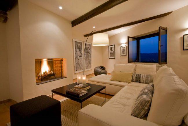 Salon cosy avec cheminée à l'italienne