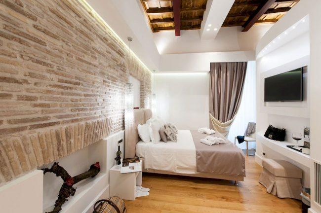 Chambre à coucher de style italien avec mur de briques