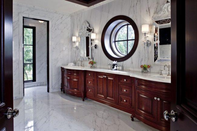 Meubles en bois sombre et sol en marbre dans la chambre à l'italienne
