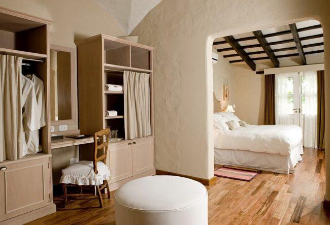 Chambre lumineuse avec parquet en bois de style italien