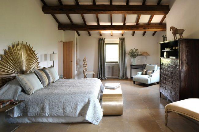 Poutres en bois massif dans la chambre à l'italienne