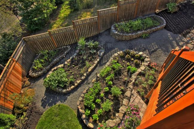 Lits de jardin : grands, intelligents, paresseux.  Les clôtures en pierre sont un moyen facile de construire une fondation pour un lit de jardin sur un terrain accidenté
