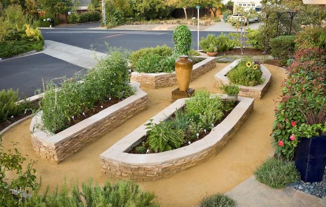 Lits de jardin, clôturés en pierre