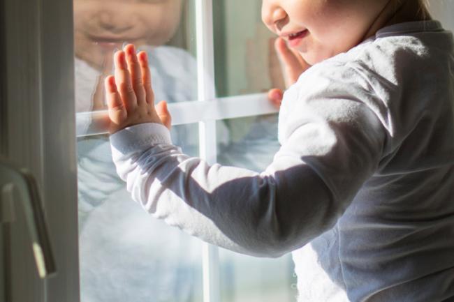 Si la famille a de jeunes enfants, il est nécessaire d'installer des moustiquaires avec des grilles pour empêcher les enfants de tomber.