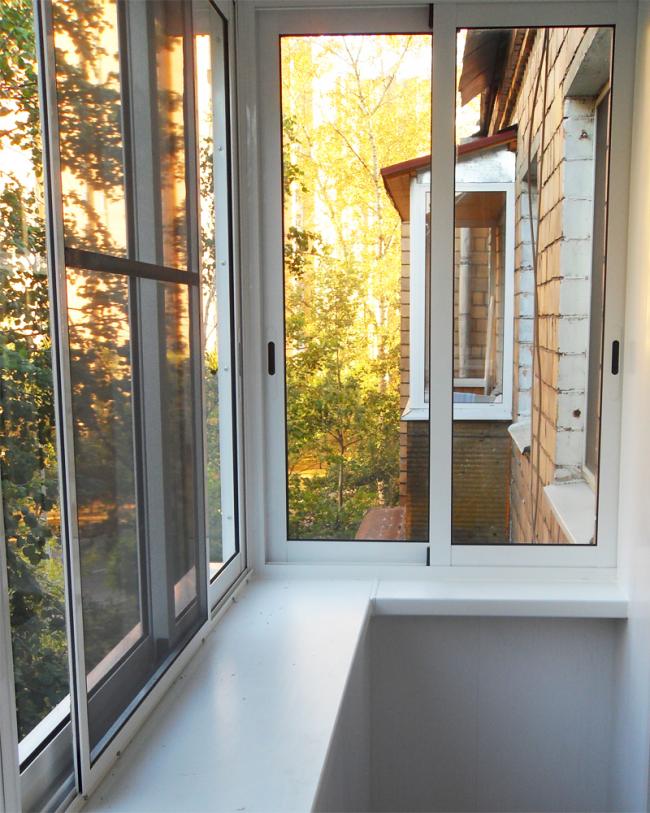 Cadre de balcon avec mécanisme coulissant