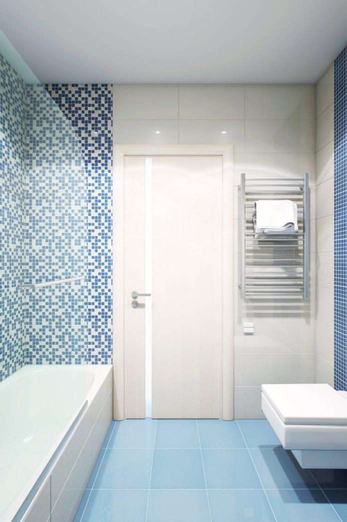 salle de bain à l'intérieur d'un appartement de 2 pièces