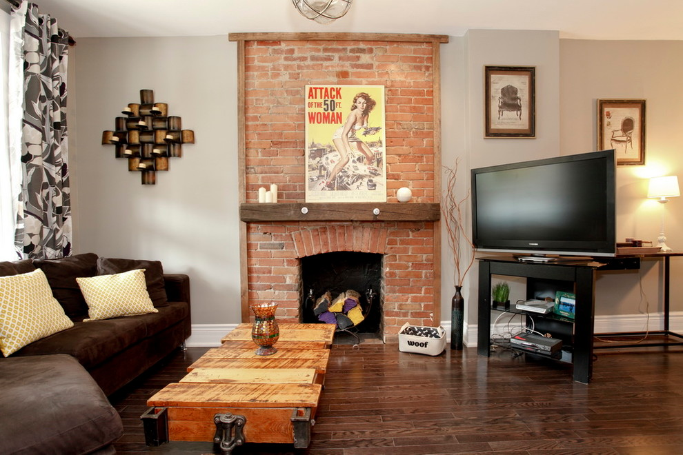 Si votre salon est de taille moyenne, alors il serait logique de placer une fausse cheminée et un coin TV au même endroit.