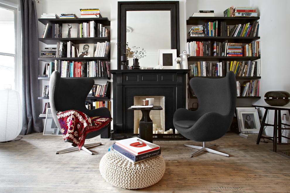 Une combinaison parfaite d'une fausse cheminée et d'un design de salon noir et blanc