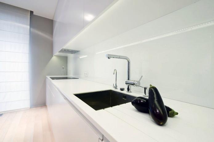 cuisine dans le design de l'appartement aux couleurs claires