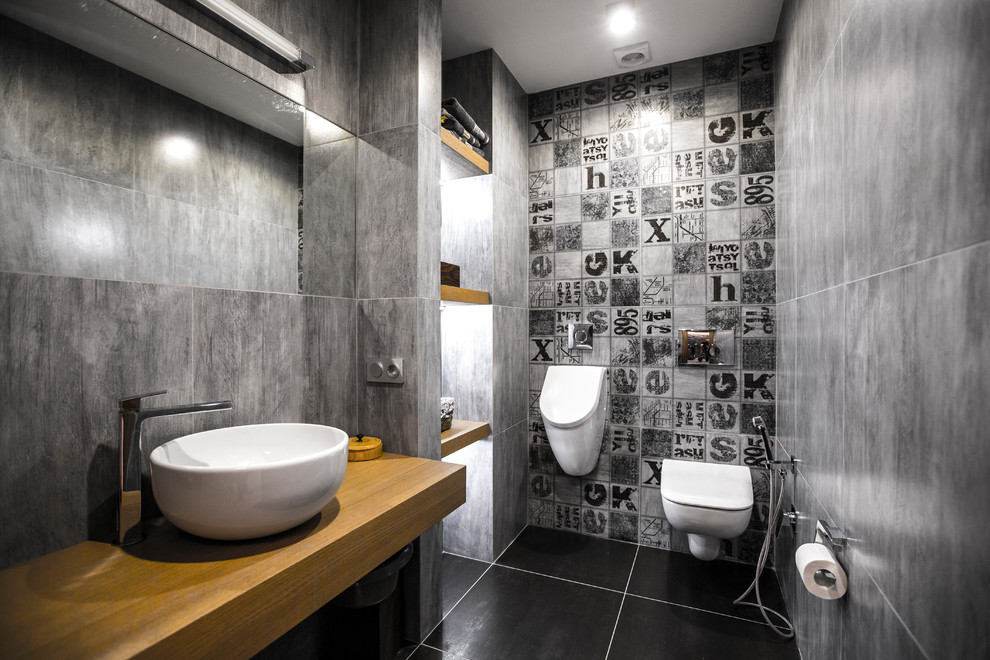 Aménagement réussi d'une salle de bain avec douche hygiénique - lorsque le lave-mains est situé à une distance minimale