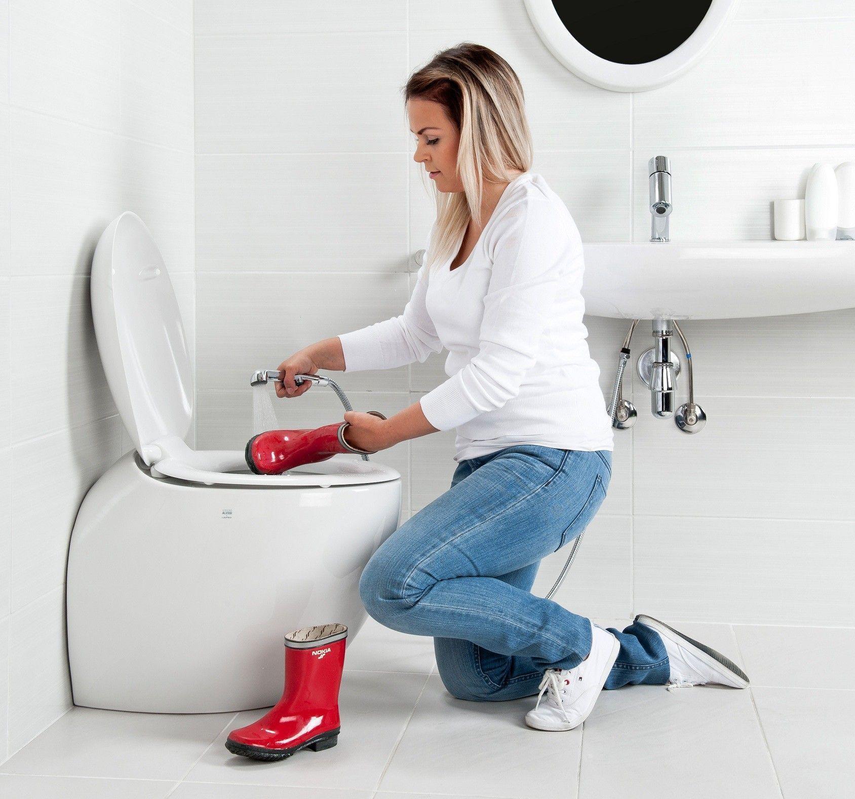 L'eau courante à proximité immédiate de la cuvette des toilettes est un nettoyage incomparablement plus facile et plus hygiénique de la pièce, ainsi que la possibilité de nettoyer soigneusement les objets très sales et sans bloquer la canalisation