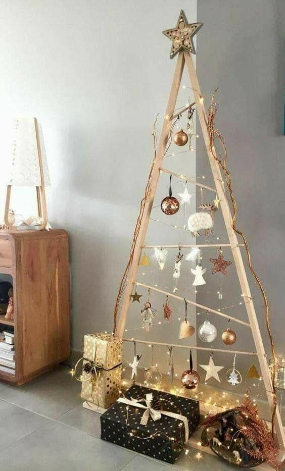 Sapin de Noël fait de rails