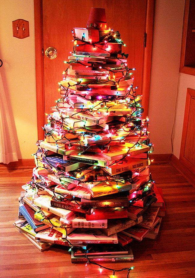 Arbre de Noël fait de livres avec des guirlandes